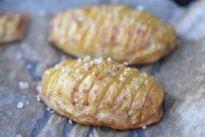 Hasselback kartofler - opskrift på ovnstegte kartofler
