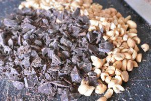 Chokolade cookies med farin og peanuts