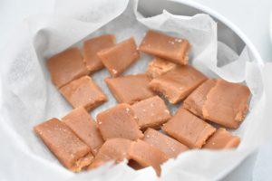 Fudge karameller af kondenseret mælk opskrift