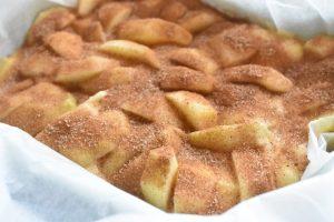 Kage med æble og kanel - nem kanelkage