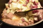 Mørbradgryde med fløde, bacon & sennep