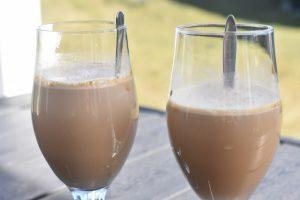 Dalgona kaffe med Bailey nem iskaffe opskrift