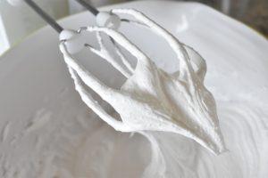 Marengsroulade med rabarber flødeskum