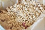 Rabarbersnitter med crumble topping opskrift