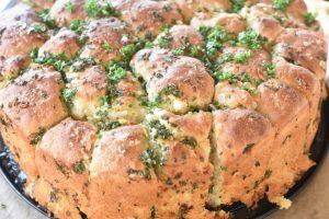 Pull apart hvidløgsbrød - opskrift på madbrød