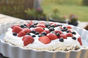 Bastogne kage med marengs flødeskum & bær