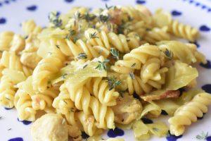 Pasta one pot med kylling bacon, karry & spidskål
