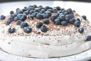 Pavlova - opskrift med banan, fløde & blåbær