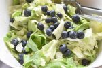 Icebergsalat med mormordressing og blåbær