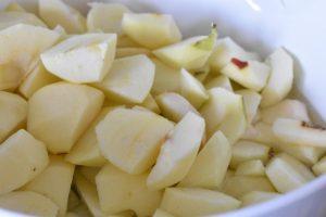 Æbleflæsk i ovn med bacon og løg  - opskrift