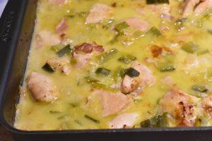 Kyllingebryst i ovn med bacon, porrer og fløde