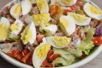 Salat nicoise med tun, æg og dressing - nem