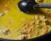 Kødsovs med kylling, karry og kokosmælk