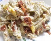 Pastasalat med kylling bacon & karry dressing