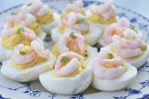 Fyldte æg med rejer - opskrift på deviled eggs
