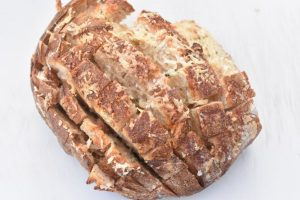 Hvidløgsbrød med parmesanost - nem opskrift