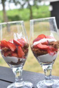 Dessert i glas med skyr, Bastogne og jordbær