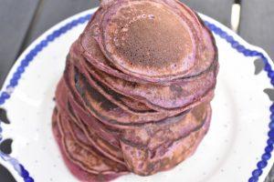 Brombær pandekager med råsyltede brombær