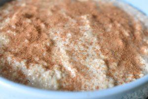 Bagt havregrød med æble og kanel - opskrift